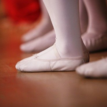 Image showing small child's feet in ballet shoes